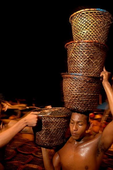 Feira do Açaí no Ver-o-Peso, entreposto de venda de produtos regionais. Belém, Pará, Brasil Foto Paulo Santos 02/2005