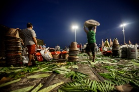 Fim da feira no mercado de peixe e feira do açaí no complexo do Ver-o-Peso Belém, Pará, Brasil. Foto: Ana Mokarzel 03/11/2012,