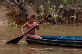 Criança no rio Aurá, contaminado peloi lixão de Belém. Foto Paulo Santos 21/03/2013