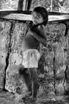 Criança Hupda na casa de farinha Comunidade indígena Hupda no rio Negro Expedição para criação do território indígena do rio Negro. Expedição para criação do território indígena do rio Negro. São Gabriel da Cachoeira, Amazonas, Brasil. Foto Paulo Santos. 1997