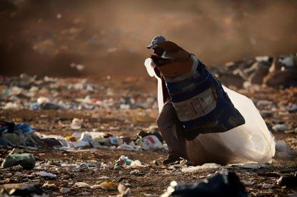 O trabalho no maior lixão da América Latina Num dos símbolos do patrimônio cultural da humanidade, a cidade Brasília mantém trabalhadores em situações insalubres e de risco, em atividade no maior lixão da América Latina. Brasília tem a maior renda per capita do País, mas não sabe cuidar do próprio lixo e ainda mantém o lixão da Estrutural, uma vasta área a 16 km do Palácio do Planalto, sede do governo federal, que é inundada diariamente pelos resíduos sólidos despejados pelos 2,8 milhões de habitantes do Distrito Federal. Todos os dias, o lixão da Estrutural recebe, em média, 2,7 mil toneladas de resíduos orgânicos e 6 mil toneladas de resíduos da construção civil. Oficialmente, 1.200 catadores estão cadastrados, mas o governo estima que o número total de pessoas que tiram o sustento dali deve superar 2 mil. Além das ameaças de contaminação por doenças, esse trabalhadores também estão diariamente expostos a graves acidentes. Cidade Estrutural, Distrito Federal. Foto Eraldo Peres/Photoagência 05/2014