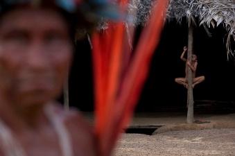 Território Yanomami / Fotografia de Odair Leal. Representantes das 37 regiões da Terra Indígena Yanomami discutiram plano para o futuro, firmaram pacto contra mineração e elegeram nova diretoria em meio aos festejos que incluíram cantos, danças e diálogos cerimoniais Entre os dias 15 e 20 de outubro mais de 700 representantes yanomami reuniram-se na aldeia Watoriki (Demini), no Amazonas, na VII Assembleia Geral da Hutukara Associação Yanomami (HAY) que teve como tema os 20 anos da homologação da Terra Indígena Yanomami. FOTO: ODAIR LEAL