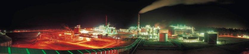 """Foto panor'mica da alunorte feita em 1996. Alunorte, a maior refinaria de alumina do mundo Em 1978, um acordo entre os governos do Brasil e do Jap""""o ó que contou com a participaÁ""""o da Vale (na Època, chamada de Companhia Vale do Rio Doce) ó criou a empresa Alunorte - Alumina do Norte do Brasil S.A, idealizada para integrar a cadeia produtiva do alumÌnio no Par·, estado rico em bauxita, matÈria-prima da alumina.ConstruÌda estrategicamente em Barcarena, municÌpio situado a 40 quilÙmetros, em linha reta, de BelÈm (PA), a Alunorte iniciou suas operaÁıes em julho de 1995, apÛs um perÌodo de paralisaÁ""""o das obras em funÁ""""o de uma crise no mercado, que retardou a implantaÁ""""o do projeto.Em 2000, iniciou-se o primeiro projeto de expans""""o da refinaria, que foi concluÌdo em 2003. Com a ampliaÁ""""o, a capacidade produtiva passou de 1,6 para 2,5 milhıes de toneladas de alumina por ano. Com esse salto na produÁ""""o, a empresa ganhou destaque no cen·rio internacional e passou a figurar como a maior refinaria da AmÈrica Latina e a quarta do mundo. Nesse mesmo ano, iniciou-se a segunda expans""""o.A conclus""""o da segunda expans""""o terminou no primeiro semestre de 2006, consolidando a Alunorte como a maior refinaria de alumina do planeta. A empresa chegava ent""""o a uma capacidade de produÁ""""o de 4,4 milhıes de toneladas de alumina por ano, gerando emprego para cerca de 2,5 mil pessoas (funcion·rios prÛprios e contratados).Em agosto de 2008, a Alunorte concluiu as obras da Expans""""o 3, um investimento de R$ 2,2 bilhıes que capacitou a empresa para produzir 6,26 milhıes de toneladas de alumina por ano. Com esse patamar, a Alunorte passou a ser respons·vel por 7% da produÁ""""o mundial de alumina.Barcarena, Par·, Brasil.Foto: ©Paulo Santos1996"""