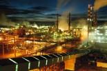 """Alunorte, a maior refinaria de alumina do mundo Em 1978, um acordo entre os governos do Brasil e do Jap""""o ó que contou com a participaÁ""""o da Vale (na Època, chamada de Companhia Vale do Rio Doce) ó criou a empresa Alunorte - Alumina do Norte do Brasil S.A, idealizada para integrar a cadeia produtiva do alumÌnio no Par·, estado rico em bauxita, matÈria-prima da alumina.ConstruÌda estrategicamente em Barcarena, municÌpio situado a 40 quilÙmetros, em linha reta, de BelÈm (PA), a Alunorte iniciou suas operaÁıes em julho de 1995, apÛs um perÌodo de paralisaÁ""""o das obras em funÁ""""o de uma crise no mercado, que retardou a implantaÁ""""o do projeto.Em 2000, iniciou-se o primeiro projeto de expans""""o da refinaria, que foi concluÌdo em 2003. Com a ampliaÁ""""o, a capacidade produtiva passou de 1,6 para 2,5 milhıes de toneladas de alumina por ano. Com esse salto na produÁ""""o, a empresa ganhou destaque no cen·rio internacional e passou a figurar como a maior refinaria da AmÈrica Latina e a quarta do mundo. Nesse mesmo ano, iniciou-se a segunda expans""""o.A conclus""""o da segunda expans""""o terminou no primeiro semestre de 2006, consolidando a Alunorte como a maior refinaria de alumina do planeta. A empresa chegava ent""""o a uma capacidade de produÁ""""o de 4,4 milhıes de toneladas de alumina por ano, gerando emprego para cerca de 2,5 mil pessoas (funcion·rios prÛprios e contratados).Em agosto de 2008, a Alunorte concluiu as obras da Expans""""o 3, um investimento de R$ 2,2 bilhıes que capacitou a empresa para produzir 6,26 milhıes de toneladas de alumina por ano. Com esse patamar, a Alunorte passou a ser respons·vel por 7% da produÁ""""o mundial de alumina.Barcarena, Par·, Brasil.Foto: ©Paulo Santos2006"""