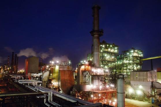 """Alunorte, a maior refinaria de alumina do mundo Em 1978, um acordo entre os governos do Brasil e do Jap""""o ó que contou com a participaÁ""""o da Vale (na Època, chamada de Companhia Vale do Rio Doce) ó criou a empresa Alunorte - Alumina do Norte do Brasil S.A, idealizada para integrar a cadeia produtiva do alumÌnio no Par·, estado rico em bauxita, matÈria-prima da alumina.ConstruÌda estrategicamente em Barcarena, municÌpio situado a 40 quilÙmetros, em linha reta, de BelÈm (PA), a Alunorte iniciou suas operaÁıes em julho de 1995, apÛs um perÌodo de paralisaÁ""""o das obras em funÁ""""o de uma crise no mercado, que retardou a implantaÁ""""o do projeto.Em 2000, iniciou-se o primeiro projeto de expans""""o da refinaria, que foi concluÌdo em 2003. Com a ampliaÁ""""o, a capacidade produtiva passou de 1,6 para 2,5 milhıes de toneladas de alumina por ano. Com esse salto na produÁ""""o, a empresa ganhou destaque no cen·rio internacional e passou a figurar como a maior refinaria da AmÈrica Latina e a quarta do mundo. Nesse mesmo ano, iniciou-se a segunda expans""""o.A conclus""""o da segunda expans""""o terminou no primeiro semestre de 2006, consolidando a Alunorte como a maior refinaria de alumina do planeta. A empresa chegava ent""""o a uma capacidade de produÁ""""o de 4,4 milhıes de toneladas de alumina por ano, gerando emprego para cerca de 2,5 mil pessoas (funcion·rios prÛprios e contratados).Em agosto de 2008, a Alunorte concluiu as obras da Expans""""o 3, um investimento de R$ 2,2 bilhıes que capacitou a empresa para produzir 6,26 milhıes de toneladas de alumina por ano. Com esse patamar, a Alunorte passou a ser respons·vel por 7% da produÁ""""o mundial de alumina.Barcarena, Par·, Brasil.Foto: ©Paulo Santos2008"""